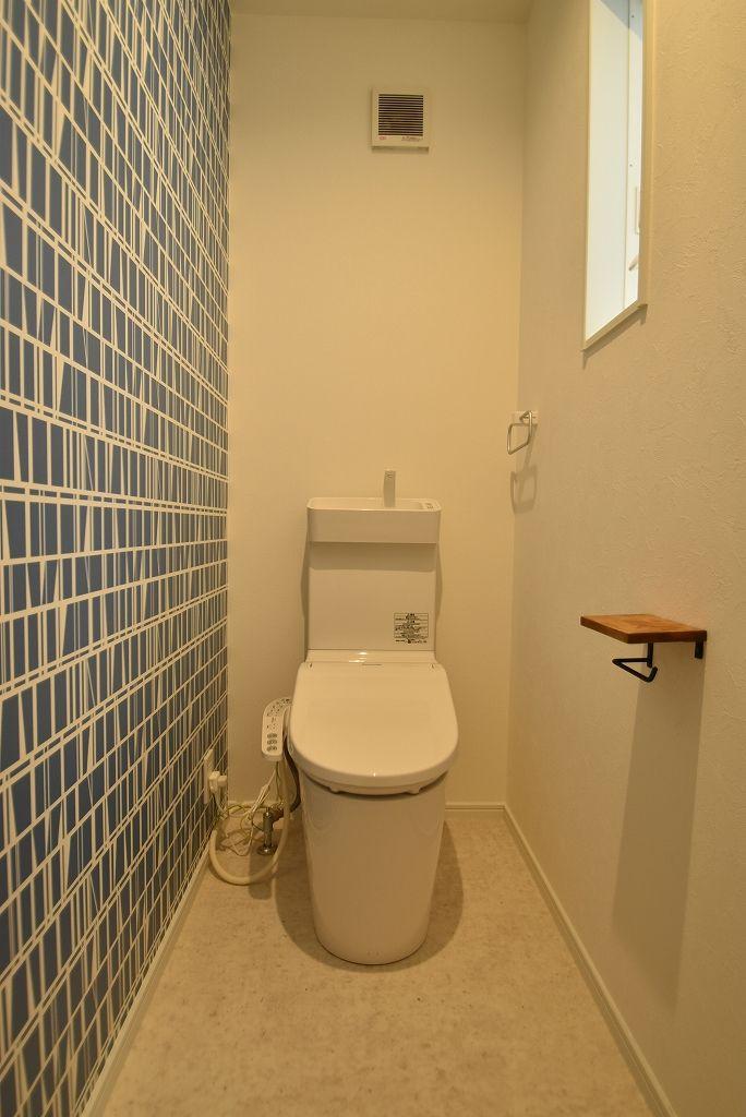 ペーパーホルダーがかわいい。さわやかな印象のトイレ。