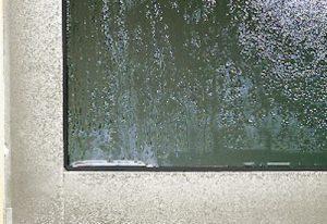 梅雨時期の困った!~窓ガラスの結露対策~